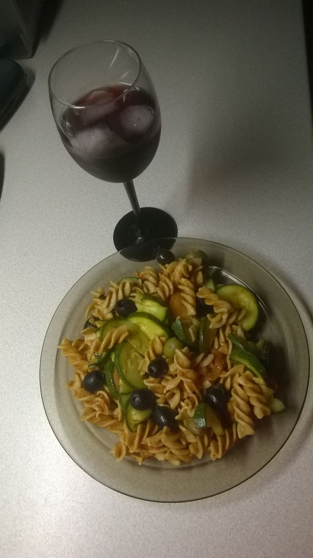 Makaron z pomidorami, oliwkami i cukinią