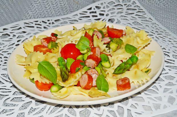 Makaron z pomidorkami, szparagami i kiełbaskami