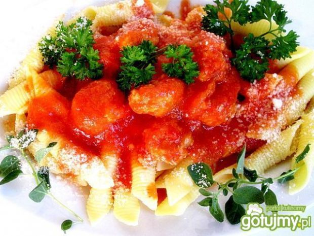 Makaron z pulpetami w sosie pomidorowym