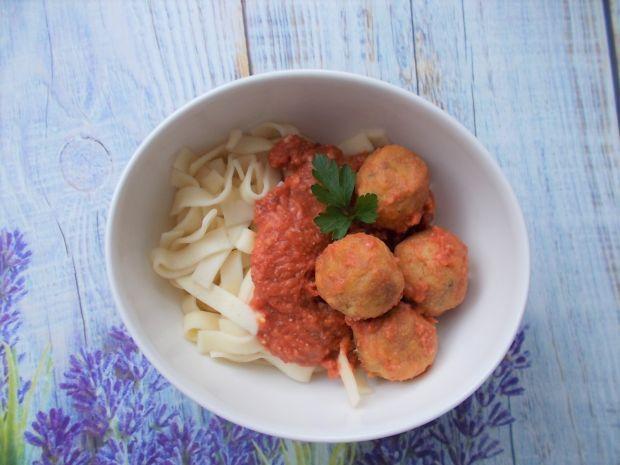 Makaron z serowymi klopsikami i sosem