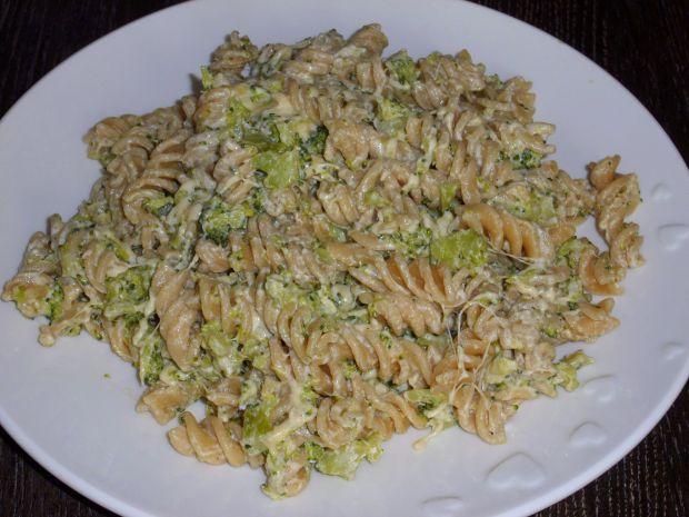 Makaron z sosem brokułowym