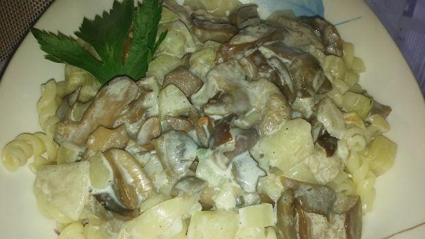 Makaron z sosem grzybowym i cukinią