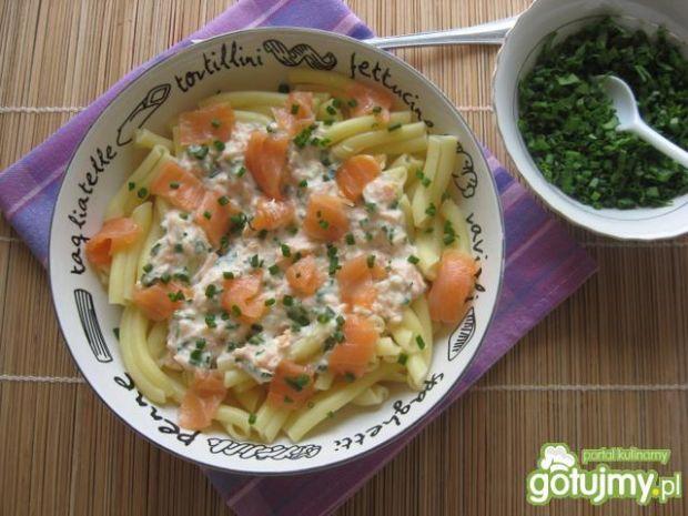 Makaron z sosem i wędzonym łososiem