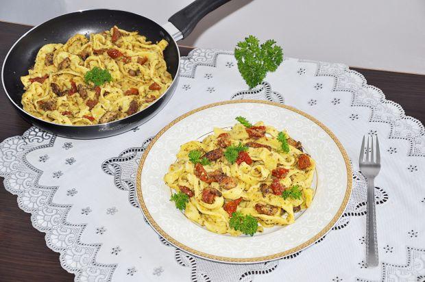 Makaron z sosem pesto i suszonymi pomidorami