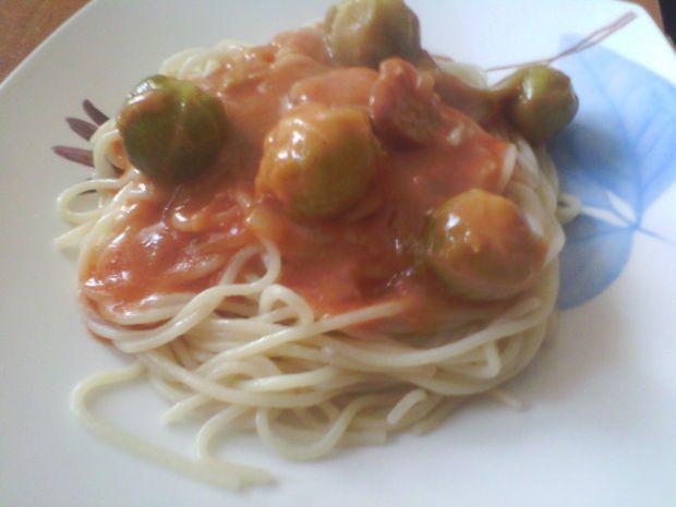 Makaron z sosem pomidorowym i brukselką