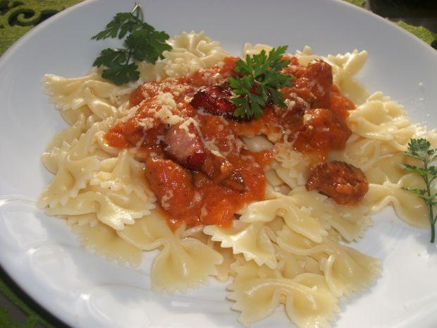 Makaron z sosem pomidorowym i kiełbasą