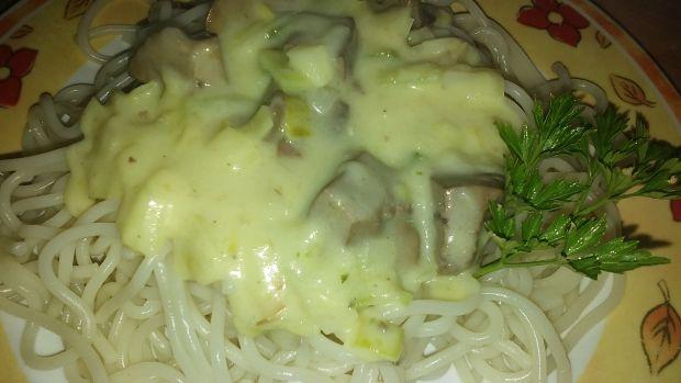 Makaron z sosem serowym i wątróbką