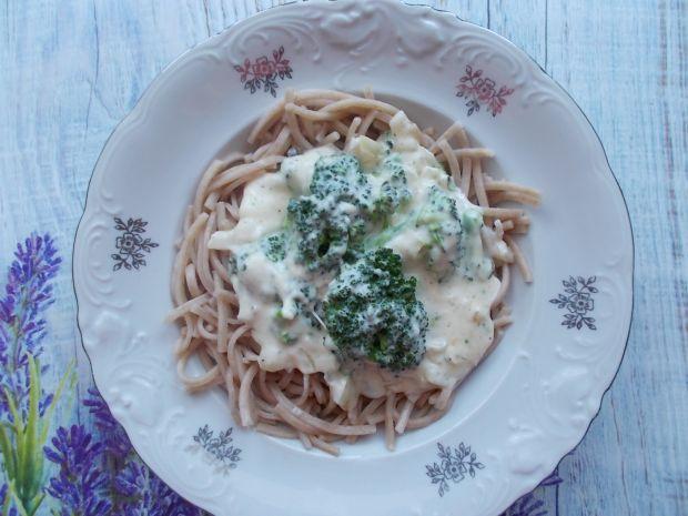 Makaron z sosem śmietanowo-brokułowym