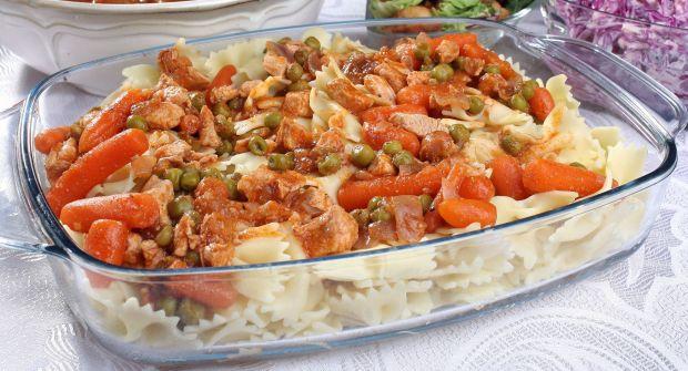Makaron z sosem z kurczaka groszku i marchewki