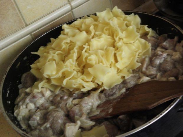 Makaron z sosem z maślaków