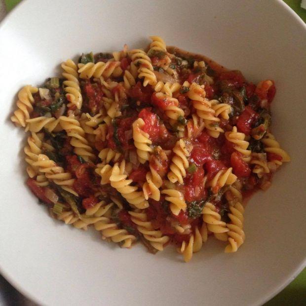 Makaron z sosem ze szpinaku i pomidorów