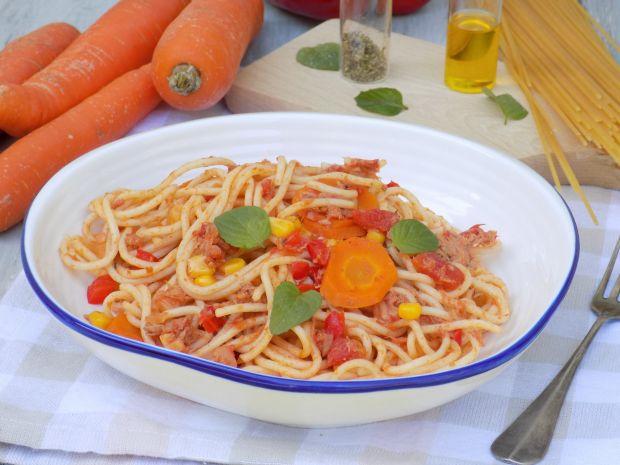 Makaron z tuńczykiem, pomidorami i marchewką