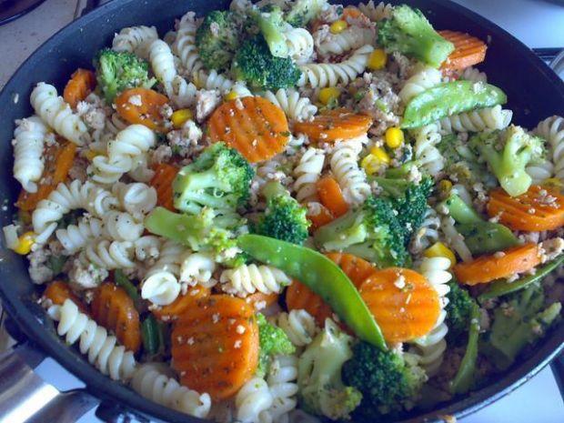 makaron z warzywami i mięskiem mielonym