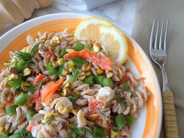 Makaron z wędzonym łososiem, szparagami i ricottą