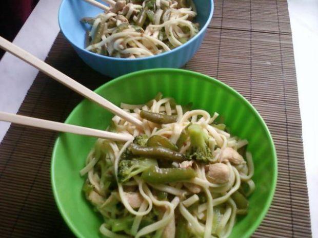 Makaron z zielonymi warzywami i kurczaki