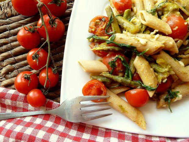 Makaron ze szparagami, pomidorami i rukolą