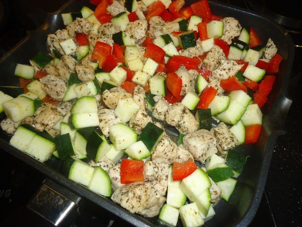 Makaronowa sałatka z bazyliowym pesto