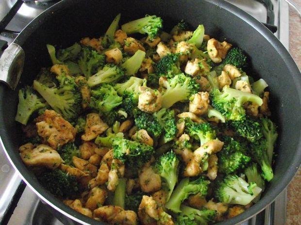 Makaronowa sałatka z brokułem i kurczakiem