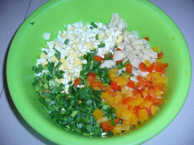 Makaronowa sałatka z jajkiem i słonecznikiem