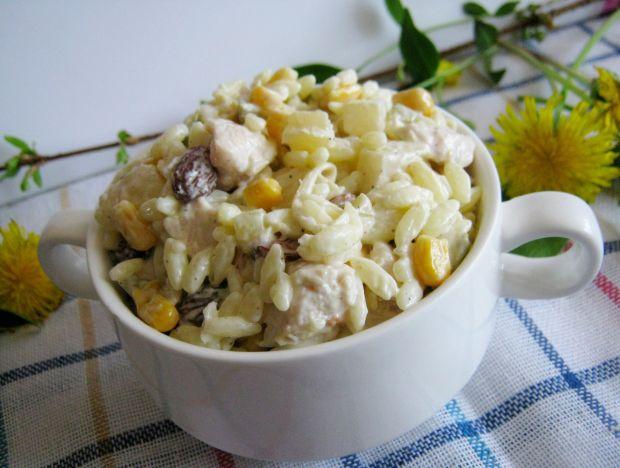 Makaronowa sałatka z kurczakiem i rodzynkami
