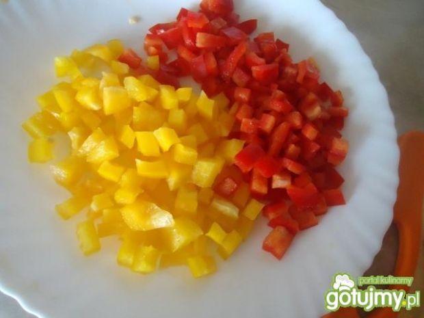 Makaronowa sałatka z papryką i kabanosem