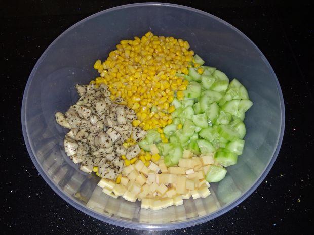 Makaronowa sałatka z sosem jogurtowo - bazyliowym