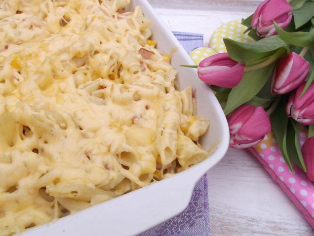 Makaronowa zapiekanka z kukurydzą, wędliną i serem