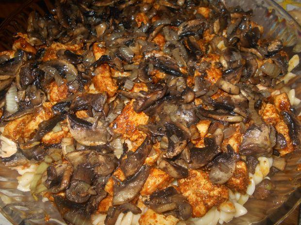 Makaronowa zapiekanka z kurczakiem i pieczarkami