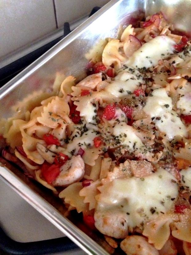 Makaronowa zapiekanka z kurczakiem i pomidorami