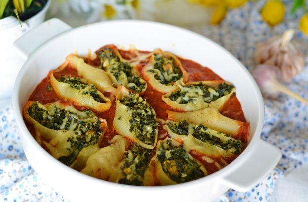 Makaronowe muszle nadziane szpinakiem w pomidorach