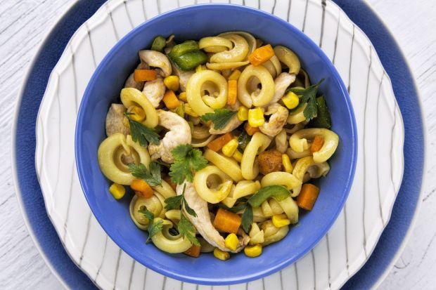 Makaronowe uszka z kurczakiem i warzywami