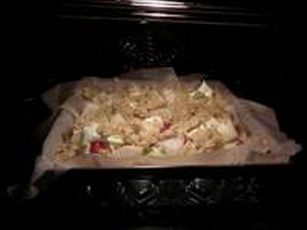 Makowe kruche ciasto z truskawkami i gruszką