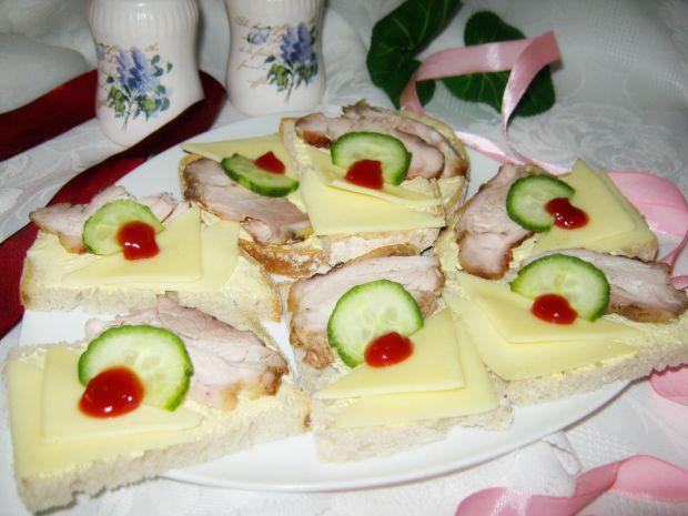 Małe kanapeczki z mięsem i czosnkowa nutką