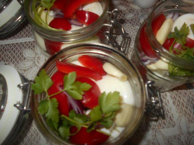 Marynowane jajka z papryką i cebulą