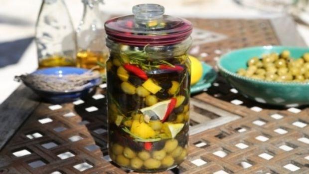 Marynowane oliwki z cytryną i ziołami