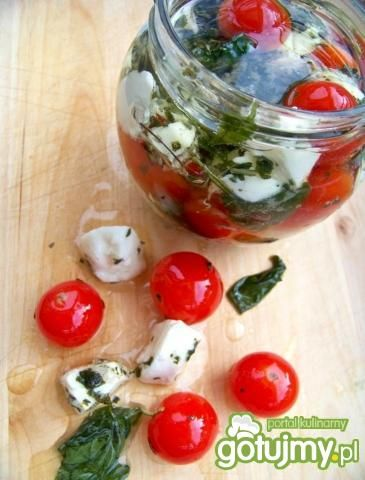 Marynowane pomidory z mozzarellą i bazyl