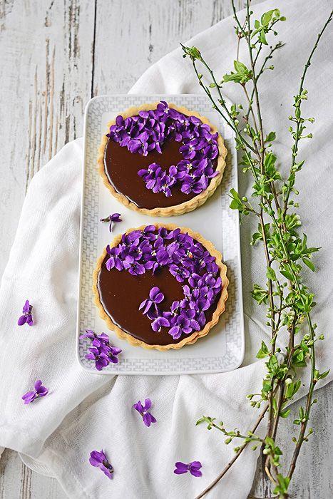 Mazurek czekoladowy z fiołkami i porzeczkami