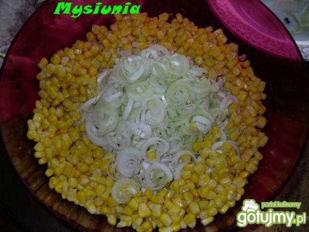 Mięsna sałatka z porem i kukurydzą