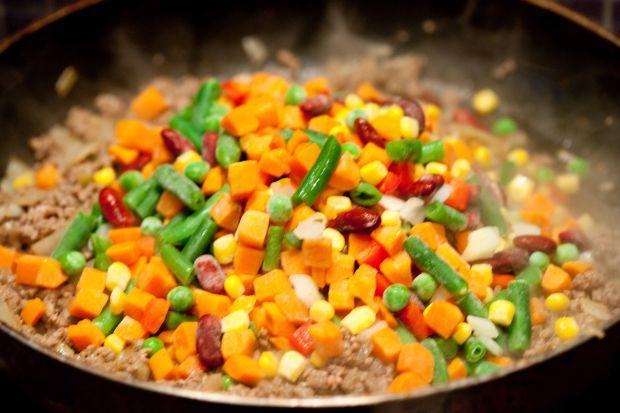 Mięsna zapiekanka pod kukurydzianą przykrywką