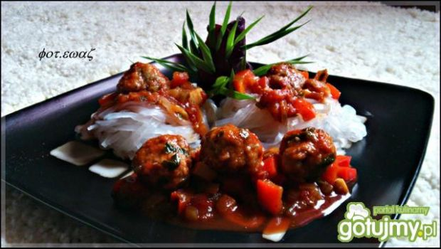 Mięsne kuleczki na makaronie ryżowym