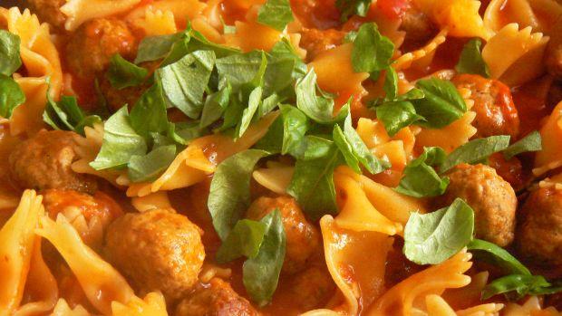 Mięsne kuleczki z makaronem i sosem pomidorowym
