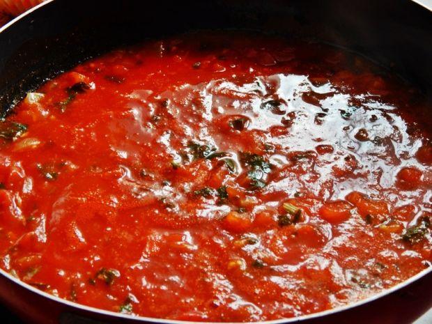 Mięso kraba w sosie pomidorowym z lubczykiem