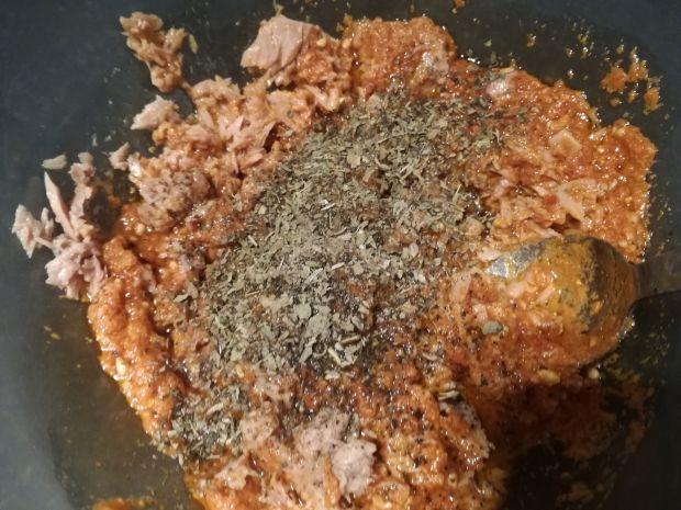 Mieszany makaron z tuńczykiem i pesto