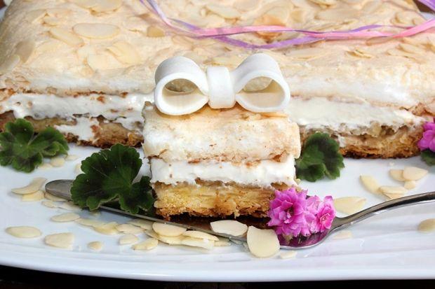 Migdałowe ciasto kruche z jabłkami, kremem i bezą