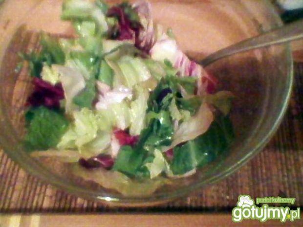 miks sałat z cytrynowym sosem