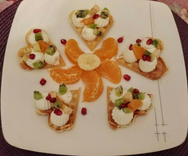 Mini-gofry serduszka z bitą śmietaną i owocami