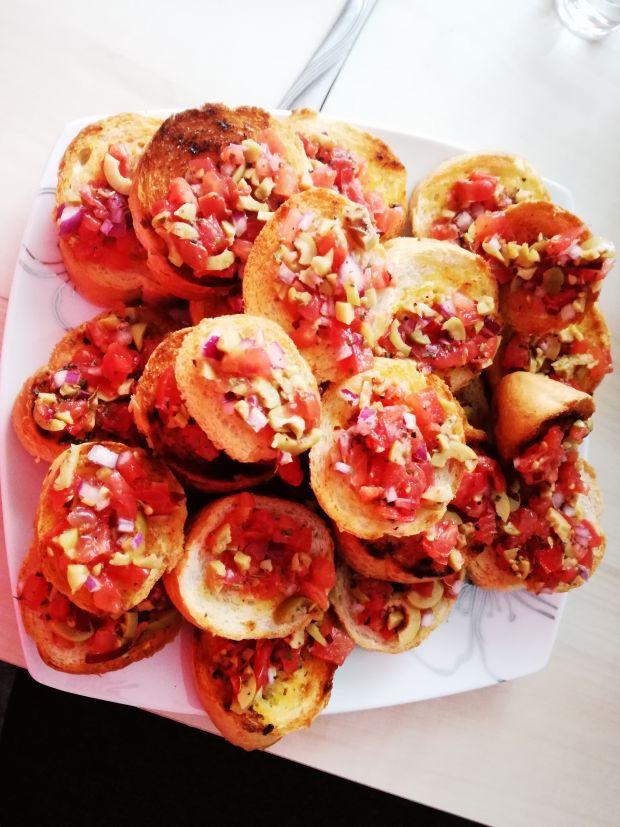 Mini grzanki z salą pomidorowo oliwkową