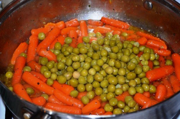 Mini marchewki z groszkiem i śmietaną