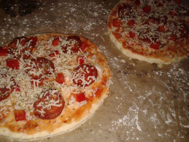 Mini pizze z papryką i chorizo