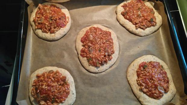 Mini-pizze z sosem mięsnym